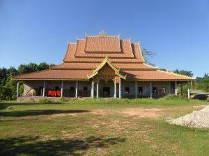 Temple en construction, Luang Namtha (ne pas regarder l'intérieur...)
