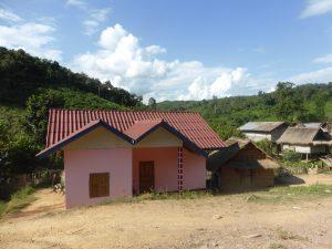Toujours la maison kitch en béton au milieu du village et de ses maisons en bois
