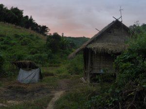 Notre campement, près d'un champs (humidité maximale garantie)