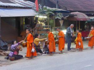 Cérémonie de l'aumône des moines, Luang Prabang (6h10)