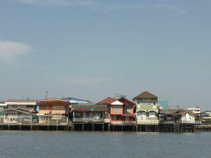 Maisons sur pilotis au bord de la Chao Praya