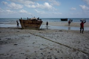 Gros bateau sur la plage
