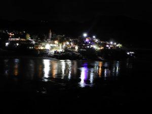 Vue sur le Gange, de nuit, à Rishikesh