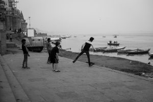 Gamins jouant sur un ghat