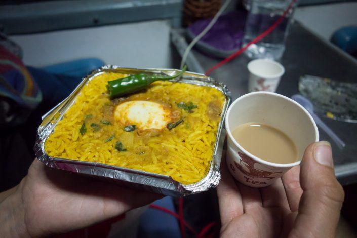 Repas dans un train en Inde