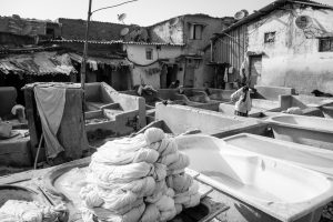 Laveurs du bidon ville autour de Banganga Tank