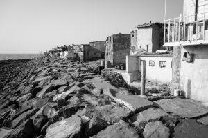 Vue sur la mer depuis le bidon ville autour de Banganga Tank