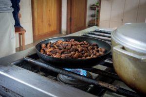 Fabrication du chocolat : cuisson des grains