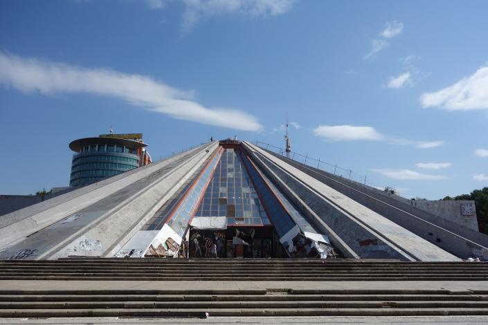 Pyramide de Tirana, vestige de l'Albanie communiste