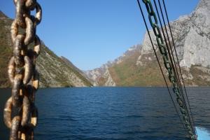 Ferry sur le lac Koman