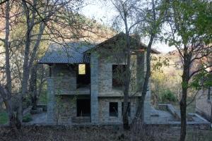 Une maison typique albanaise (construite mais probablement jamais habitée)