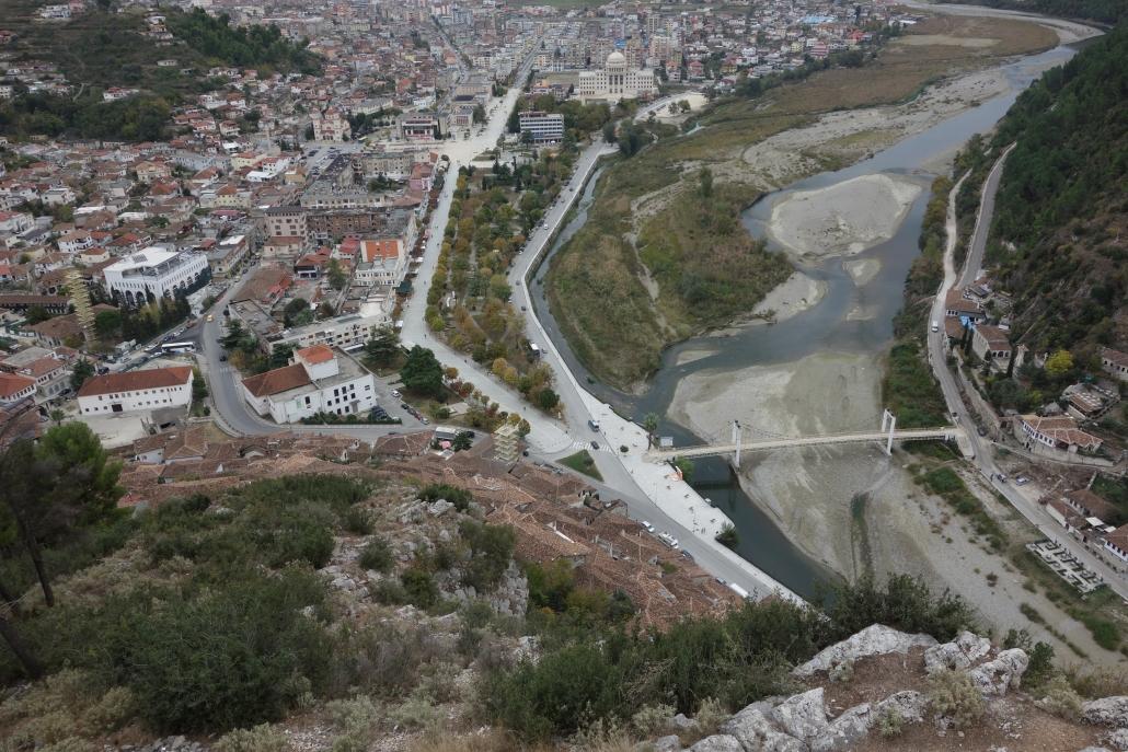 Vue sur les maisons aux mille fenêtres depuis la citadelle de Berat