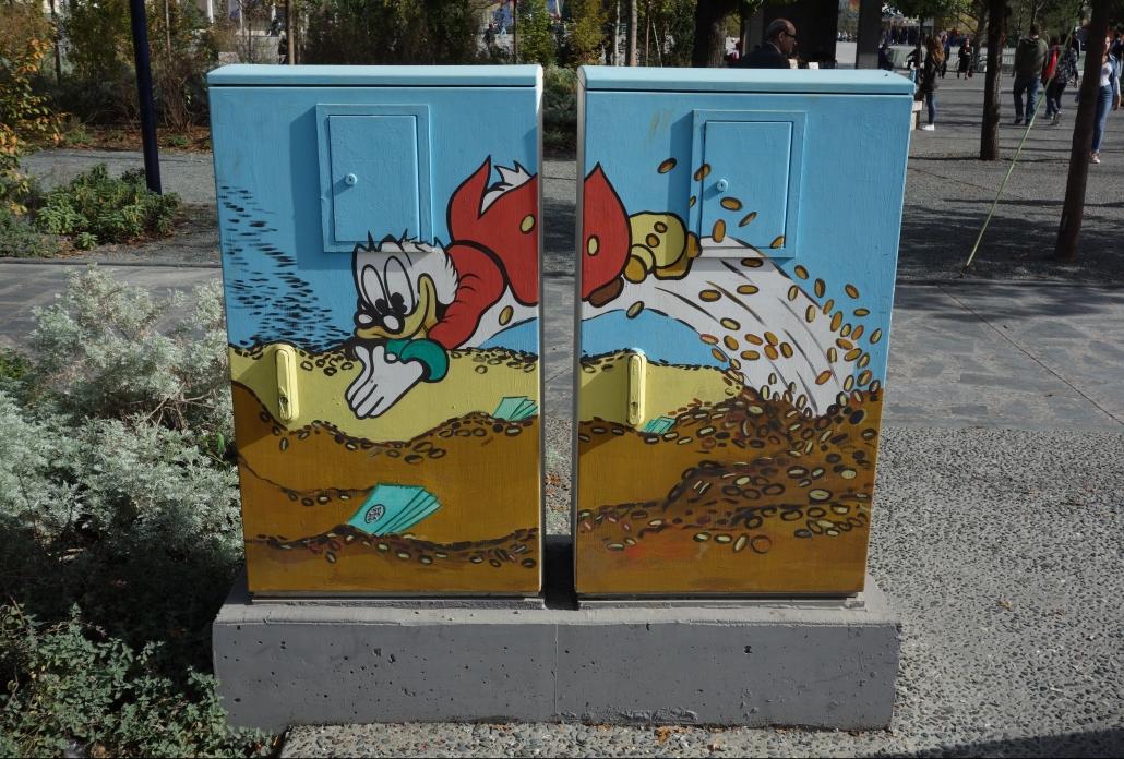 Un des nombreux mobiliers urbain peint à Tirana